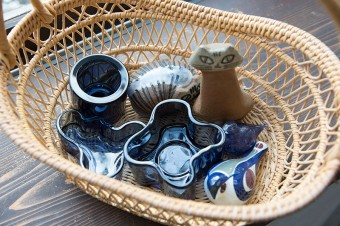アアルトのキャンドルホルダー、リサ・ラーソンやロイヤル・コペンハーゲンの陶器の置物など。かごはフィンランドのフリマで購入。