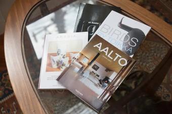 影響を受けたアアルトの作品集などを参考に。お気に入りのソファで、カフェタイムを過ごす。