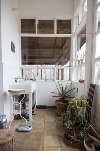 制作に使った筆などを洗うタイルの流し台ももちろん手作り。窓の向こうに見えるのが母屋のテラス。