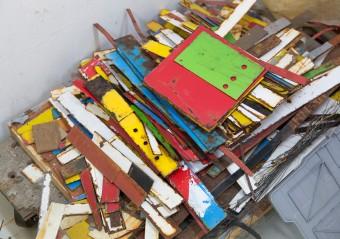 鉄や木や紙など様々な素材でコラージュやドローイング、立体作品を作る仲田さん。作品となるのを待つ素材たち。