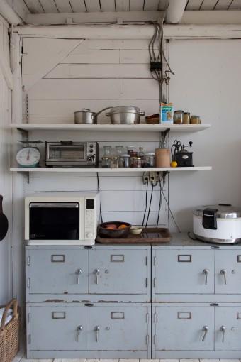 食器棚はスチール家具。金庫に使うような把手が珍しい。これも古道具屋で格安で手に入れたもの。