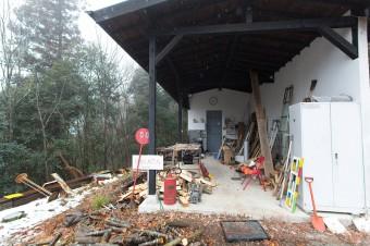 作業小屋。溶接などの作業はここで行う。古いドアや窓などもここにストックされている。