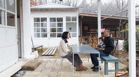美術作家のスタイルのある暮らしアトリエ→台所→風呂小屋と、広がる住まいに完成図はない