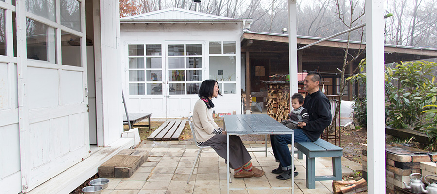 美術作家のスタイルのある暮らし アトリエ→台所→風呂小屋と、 広がる住まいに完成予想図はない