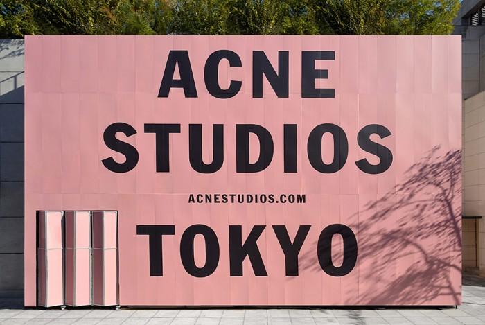 オープン前の「ACNE STUDIOS AOYAMA」。建物をすっぽりと覆う巨大なロゴの存在が気になっていた人も多いのでは!?
