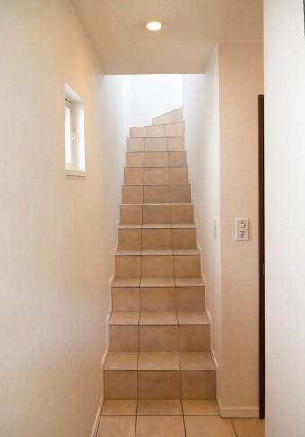 2階に続く階段もテラコッタ。傷が付いていく経年の魅力も味わいのひとつ。