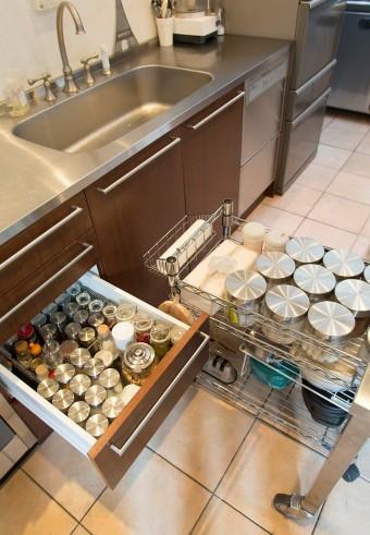 スパイス類も整然と。仕事場でもあるキッチンは、家庭的になりすぎないクールで無機質な印象のものを、e-KITCHENでオーダー。
