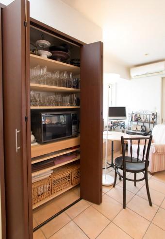 リーデル、ツヴィーゼルのグラスなどをすっきりと収納。テーブルクロスなども、季節に合わせてたくさん揃える。