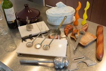 フランスやアフリカで買ってきたキッチン用品。エッフェル塔のチーズおろしや、カバ型の肉たたきなど、ユニーク。タジン鍋は料理にもデザートにも活躍。