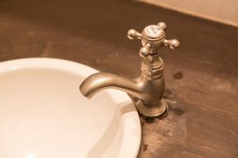 洗面所の水栓金具は、70年代をテーマにして作られたHORUSのアンティークブラス。