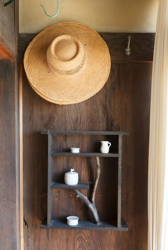 ご主人自作の棚には、妻えみさんのつくる陶器がバランスよくレイアウトされている。