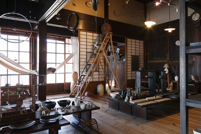 陶器や椅子など、二人の作品が展示されるギャラリー。毎月第2金~月曜日にOPEN。