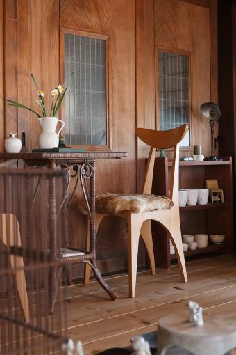 祥充さんの作品(椅子)はモダンだが、違和感なく古民家と調和している。