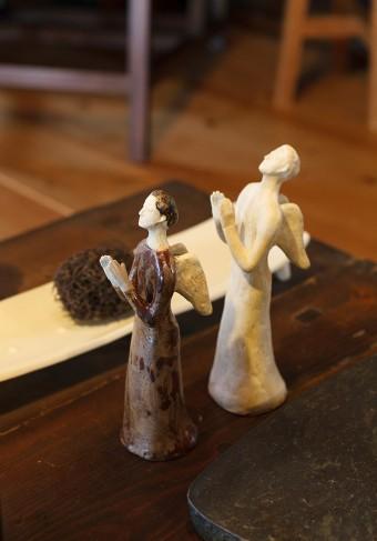 食器や日用品のほかに、えみさんがつくる作品には人形もありこの家に華を添えている。