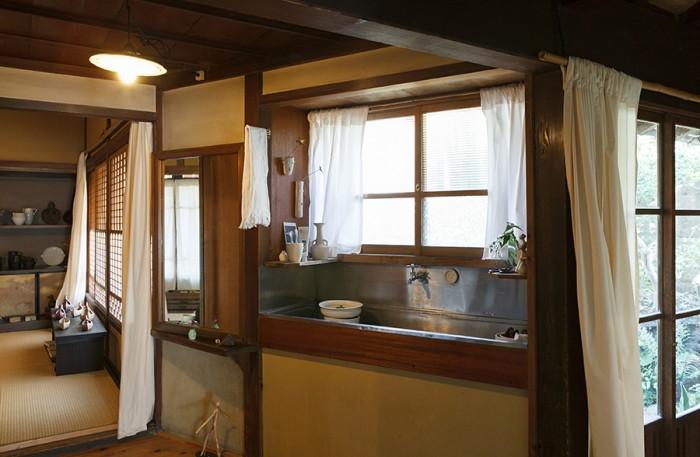 不思議な空間が点在する白倉邸。部屋を結ぶ通路に設置された洗面台もその一つ。どことなく風情があり、窓からは庭が望める。