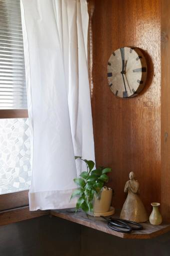 年代もののガラスから透過する光が優しい洗面台。掛け時計をはじめ、陶器の人形まですべてが手作り。