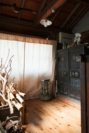 祥充さんの資材置き場兼作業場。奥には100年以上この場所に鎮座するという謎の金庫! 存在感が凄い。