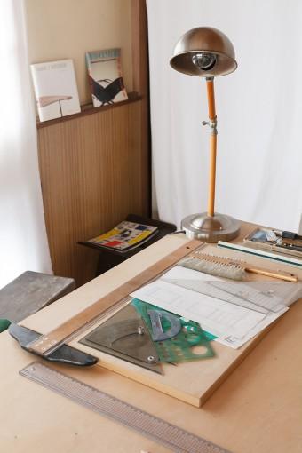 椅子や棚などの図面をひく祥充さんのスペース。ランプは某メーカーのコピー品なんだとか。