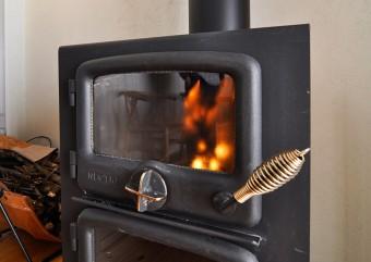 ストーブに火が灯っただけで不思議と気持ちがふっと暖かくなる。