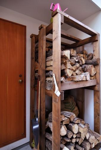 勝手口の外にある薪置場。薪は、ストーブ屋さんで割ってきたものをこの場所に保管する。