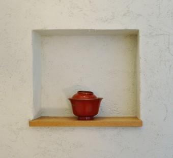 玄関ホールとLDK の間の壁に造られたニッチに置かれた江戸後期の古いお椀。