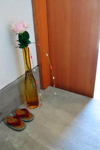 玄関では、隅に置かれたかわいらしいみさとっこ草履とvilleroy&Boch の花瓶にいけた薔薇が迎えてくれる。