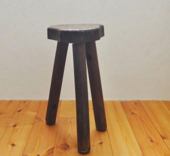 2階に置かれていたスツール。小さな割にごつい造りのこの椅子はアフリカ人が製作したもの。