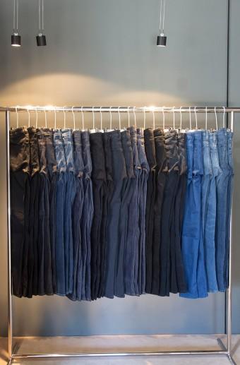 ACNE STUDIOSの原点で代表作のデニムも、デニム専用のラックが設けられ、色・形豊富に取り揃えている。