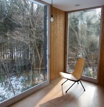 引き戸を開け放てば、2階でも森の中にいる気分を堪能できる。