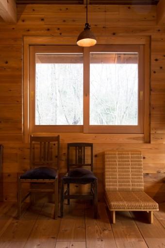 古い左の2脚の椅子はピアノ用のもの。右の低座椅子は長大作のデザイン。照明は、木工作家の安彦年朗さんの作品。