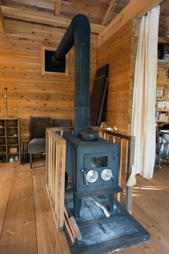 角ログの家は断熱材を使わなくても、冬暖かく、夏は涼しい。それでも厳冬期はこの薪ストーブが活躍する。