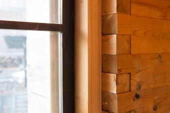 壁は積まれた角材が縦方向に打った杭によってズレないようになっている。隅は風が吹き込まないように入れ子に組んでいる。