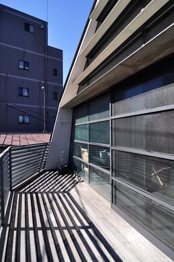 3階のバルコニー。開口の上部には日差しを弱めるルーバーが取り付けられている。