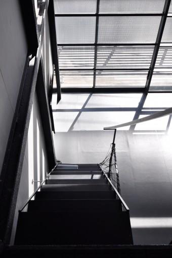 ロフト階から3階を見下ろす。無彩色が引き締まった空気感をつくり出す。
