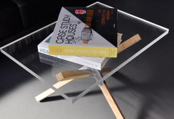 オーク材を3本組み合わせた脚部に厚さ20㎜のアクリルを載せたテーブル。