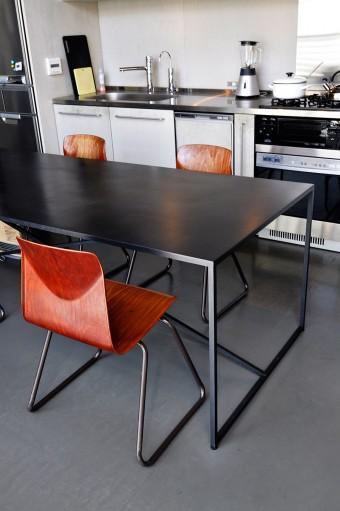 シンプルな椅子は、ネットで海外から購入した中古品。
