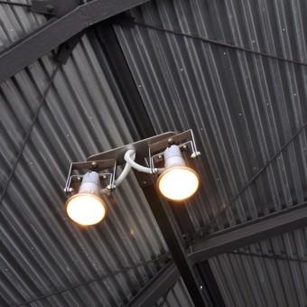 照明器具も建築家によるオリジナル。