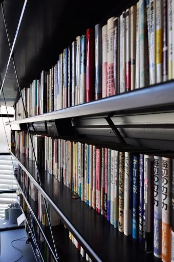 本棚を貫く斜めのワイヤーは上から吊られている。