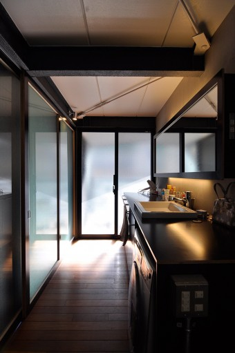 洗面スペースを通して、2階のバルコニー方向を見る。