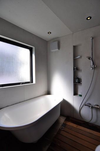2階浴室空間。床以外は無彩色だ。