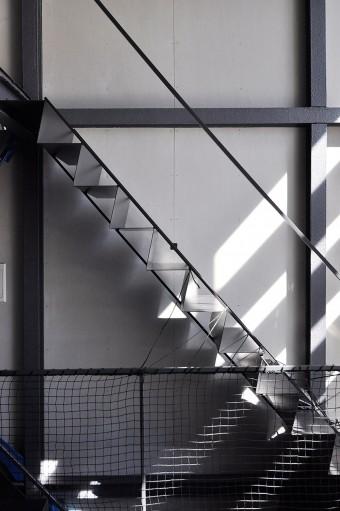 厚さ3.2㎜の鉄板を折り曲げてつくられた階段。