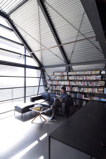 鋼板をそのまま現しとした壁・天井にはモノとしての迫力がある。