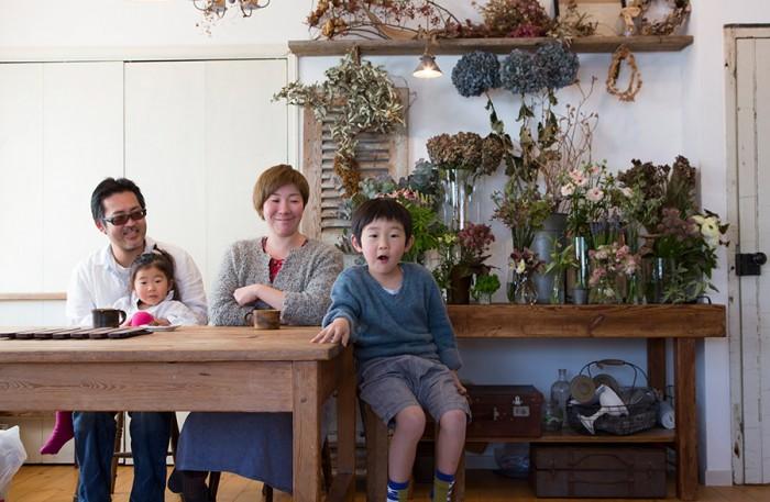 夫の聡さん、長女・ことりちゃん(3歳)、長男・陸翔くん(5歳)、後ろの扉は、子供たちが協力してペンキ塗りをした。