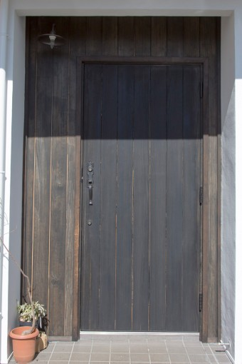 玄関のドアは、リースをかけて映えるものを選んだ。
