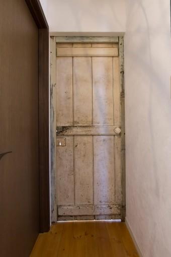 リビングのドア。枠つきで購入したものを取り付けた。