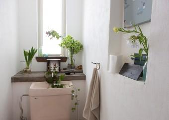トイレにも花は欠かさない。目の高さにディスプレイ。