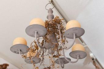 照明にもドライフラワーを組み合わせて繊細に。