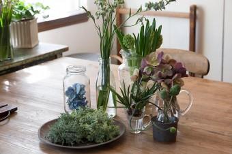 保存瓶や飲料瓶など、あるものを使って素敵にアレンジ。花はチューリップの原種など。