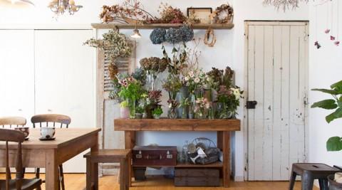 花と緑に囲まれてオリジナルの感性を家族で表現する家