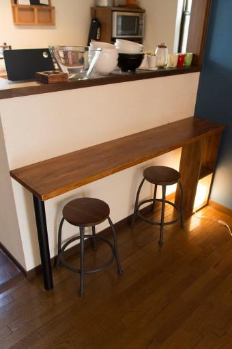 キッチン前に自ら設置したカウンター。素朴でモダンなテイスト。
